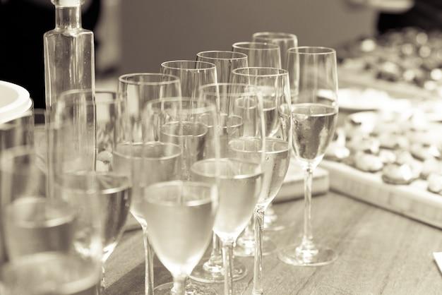 シャンパンで満たされたグラスのグレースケールショット