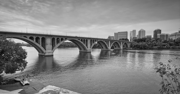 アメリカ合衆国、ワシントンのキー橋のグレースケールショット