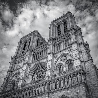 フランス、パリのノートルダム大聖堂のグレースケールショット