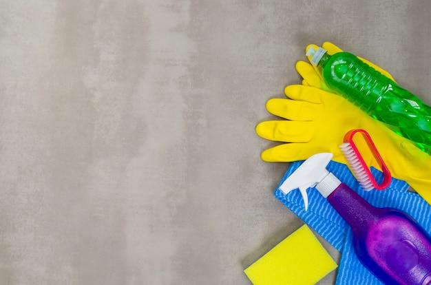 청소의 훌륭한 개념, 회색 배경에 청소에 사용되는 다양한 제품.