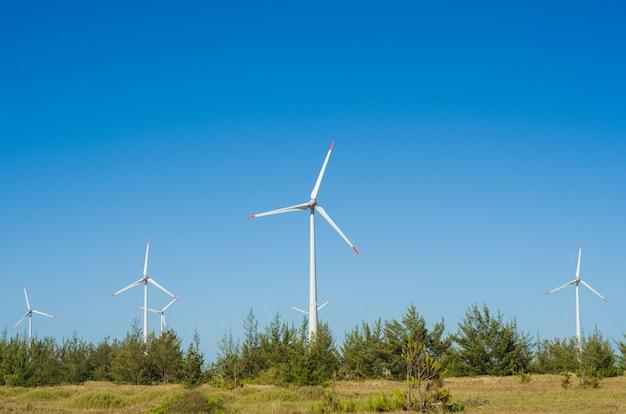 재생 가능한 지속 가능한 에너지의 위대한 개념 푸른 하늘 아래 바람 에너지를 생산하는 풍력 터빈과 풍력 분야