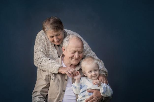 Прабабушка и прадедушка с правнуком на синем фоне