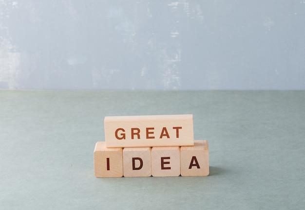 それに関する言葉で木製のブロックを持つ素晴らしいアイデアとビジネスコンセプト。
