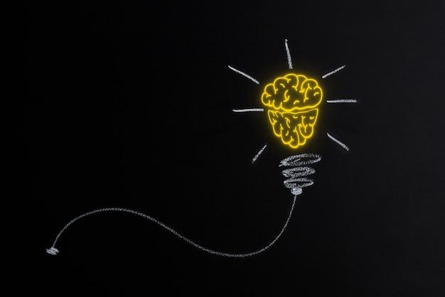 Великая идея и инновации - лампочка на черном фоне по горизонтали. изображение концепции образования.
