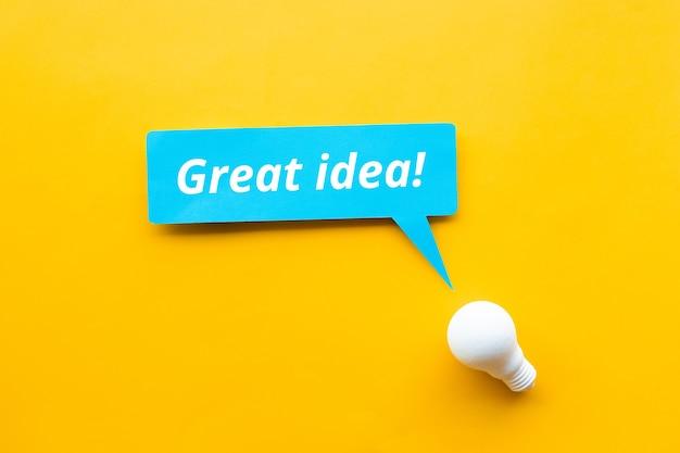いい案! /黄色の背景に電球を使用したビジネスの創造性の概念