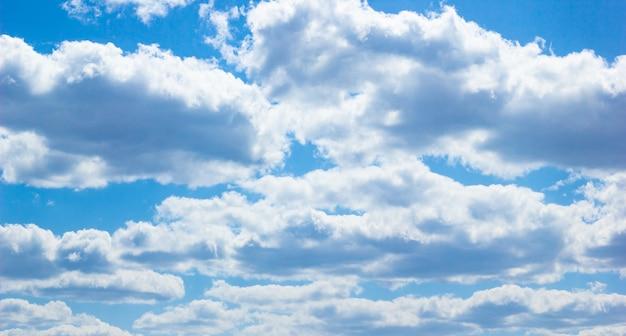 素晴らしい風景。白い雲と澄んだ青い空。
