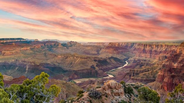 Великолепный панорамный вид на реку колорадо для их гранд-каньона во время нескольких послеобеденных облаков