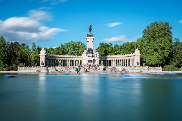 Great pond and monument to alfonso xii at the retiro park (parque del buen retiro) in madrid in early spring. long exposure.
