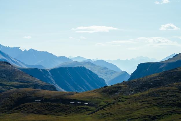 美しい緑の谷の背後にある大きなロッキー山脈と深い峡谷