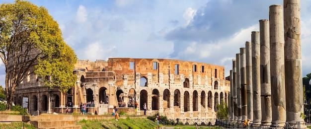Великий рим - вид на античные форумы и колизей. италия путешествия и достопримечательности