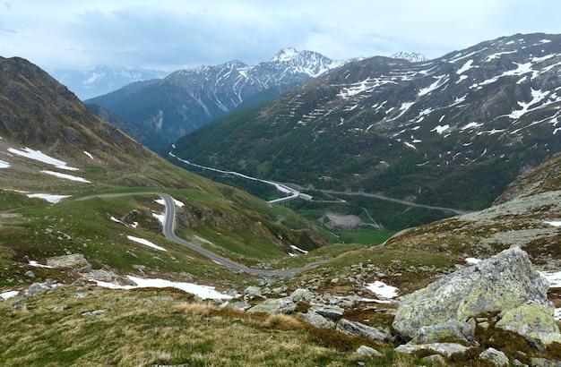 グランサンベルナール峠の夏の風景。スイスのヴァレー州にあり、イタリアに非常に近い場所にあります。