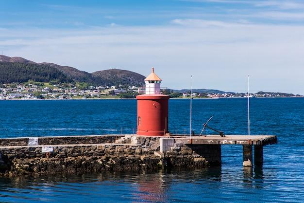 ノルウェーの西海岸にあるオーレスンの港町の素晴らしい夏の景色