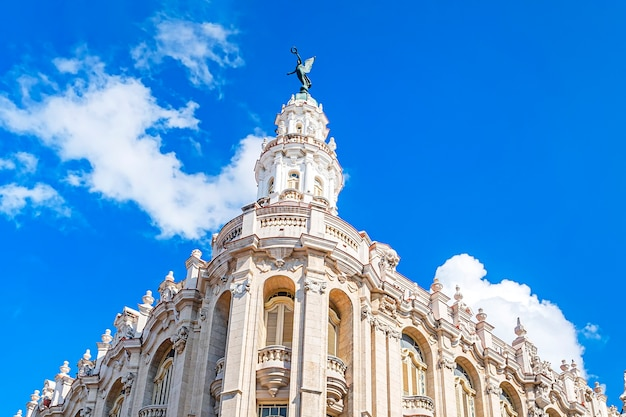 하바나 건물의 대극장. 이것은 쿠바 국립 발레단의 상설 본부입니다. 부품 건물 세부 사항