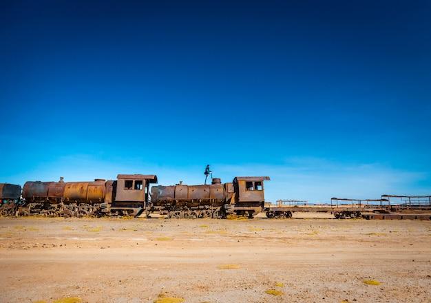 偉大な鉄道墓地、ウユニ、ボリビア Premium写真