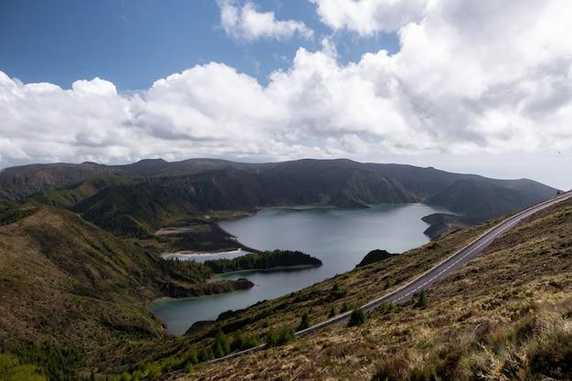 花の前景と山の湖の素晴らしい景色。ドラマチックで絵のように美しいシーン