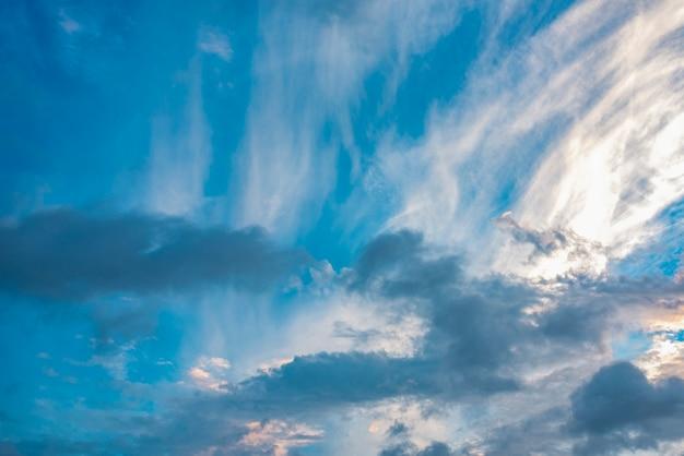 Ottima vista del cielo con le nuvole