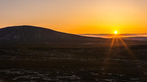 Большой вулкан на красочном закате