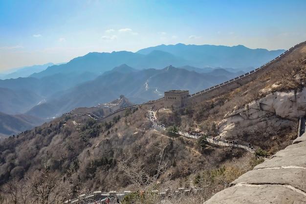 Великая китайская стена в осенний сезон в городе пекин, китай.