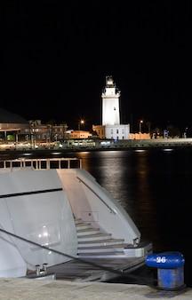 バックグラウンドでナビゲーション灯台と素晴らしいヨットの部分的なビュー