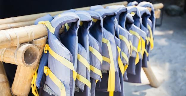 Gree спасательные жилеты на белом пляже