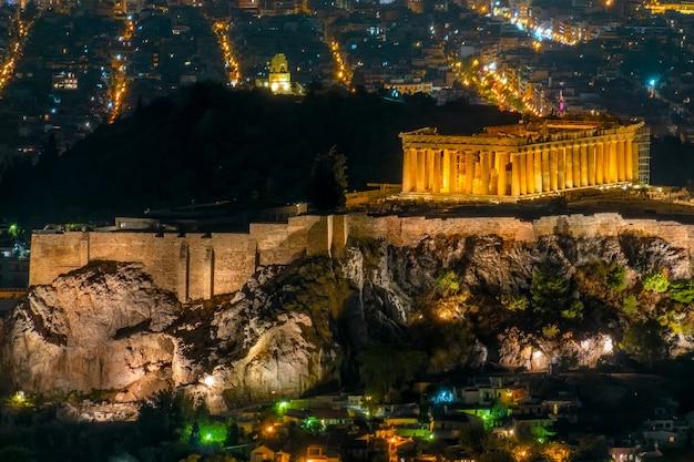 그리스. 아테네. 여름 밤. 조명된 아크로폴리스와 도시의 불빛