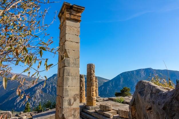 그리스. 델파이. 맑은 산과 푸른 하늘의 고대 유적