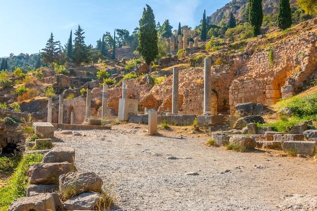 그리스. 델파이. 여름 화창한 날 고대 유적