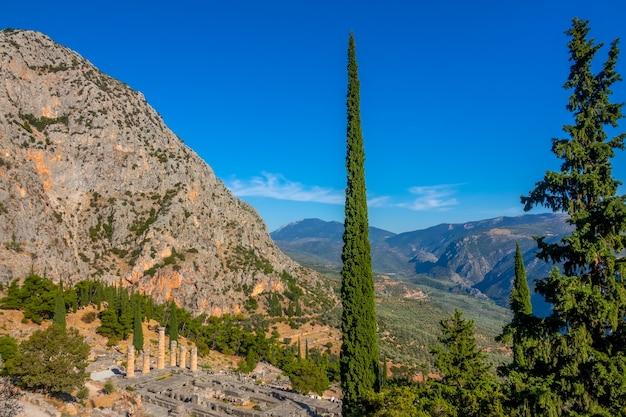 그리스. 델파이. 여름 화창한 날에 산과 고대 유적