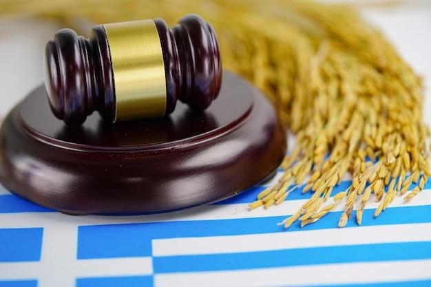 농업 농장에서 금 곡물 쌀 판사 변호사 그리스 국기와 망치. 법과 정의 법원 개념.