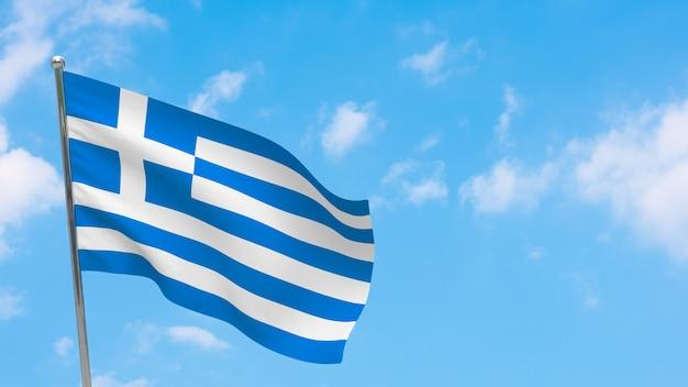 Флаг греции на полюсе. голубое небо. государственный флаг греции