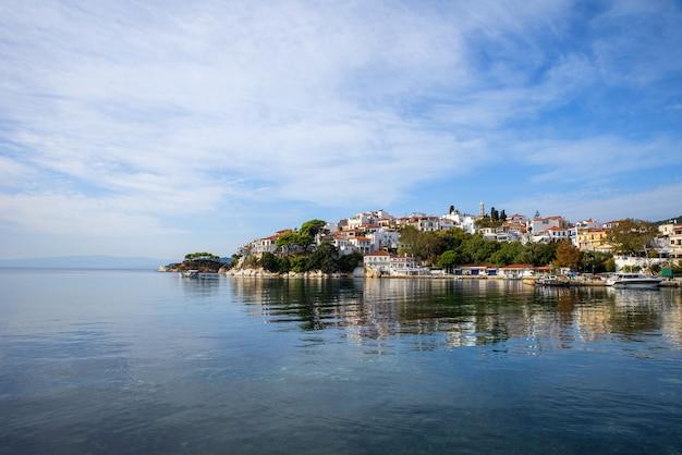 ギリシャ、スキアトス島、スキアトスの美しい街。