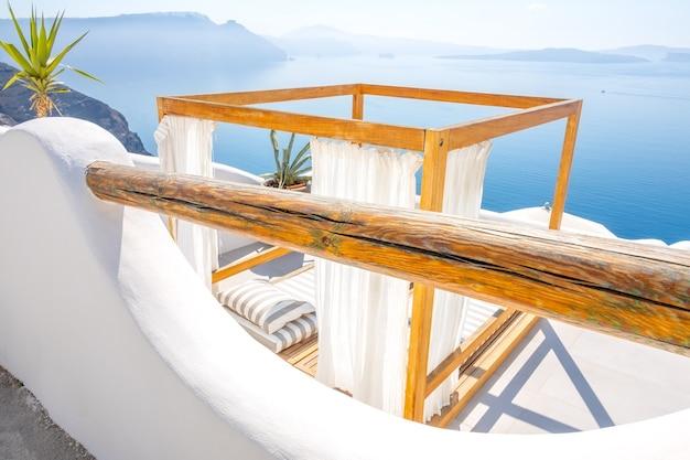 그리스. 화창한 날씨의 이아. 바다와 섬의 탁 트인 전망과 함께 일광욕을 즐길 수 있는 곳