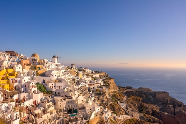 그리스. 티라 섬의 이아 마을. 산토리니. 화이트 하우스와 산에 풍차