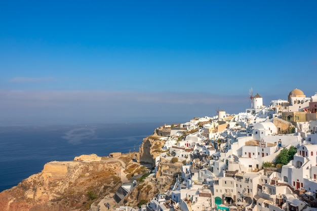 그리스. 티라 섬의 이아 마을. 산토리니. 풍차와 산에 화이트 하우스