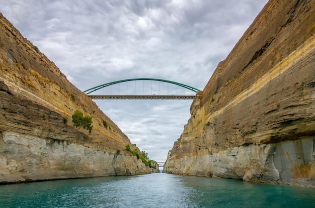 ギリシャ。古いコリント運河。どんよりした天気。いくつかの橋