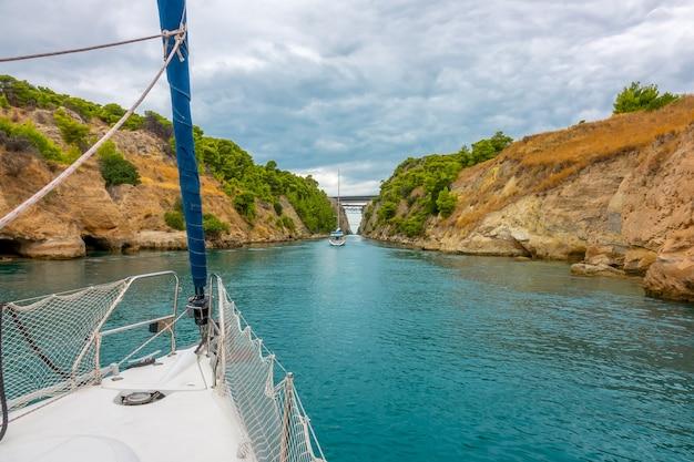 Греция. парусные яхты идут по старому коринфскому каналу