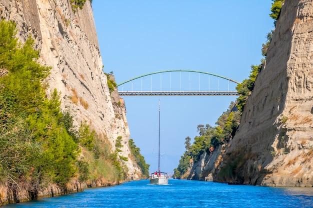 Греция. парусные яхты идут по старому коринфскому каналу.