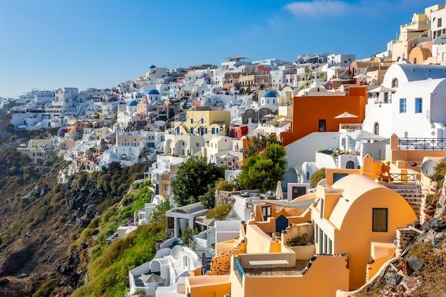 ギリシャ。サントリーニのカラフルな建物。険しい海岸の晴れた夏の日