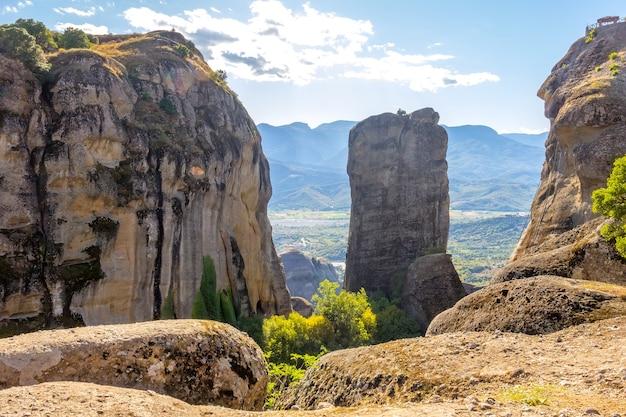 그리스. meteora의 여름 화창한 날. 절벽 위의 아버와 계곡의 전망