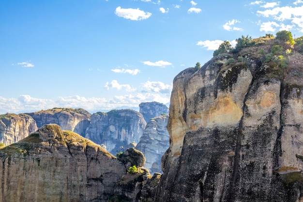 Греция. летний солнечный день в метеоре. отвесные скалы и голубое небо с облаками