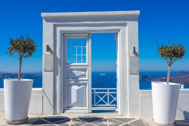 그리스. 산토리니의 칼데라에 여름 화창한 날. 바다가 보이는 카페 입구