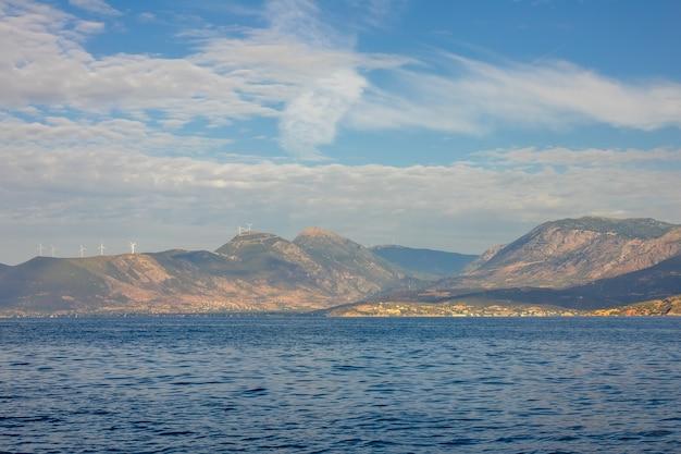 그리스. 고린도 만의 맑은 해안. 언덕 꼭대기에 많은 풍력 발전 단지