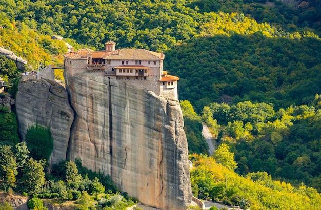 Греция. солнечный летний день в метеоре. монастырь с красными крышами на скалах