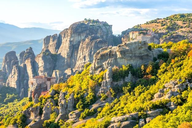 ギリシャ。カランバカ渓谷の晴れた夏の日。崖の頂上にある石造りの修道院メテオラ