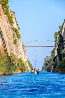 Греция. солнечный летний день. парусные яхты идут по старому коринфскому каналу