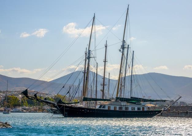 ギリシャ。晴れた夏の日。ヨットクラブと古い2本マストのヨット