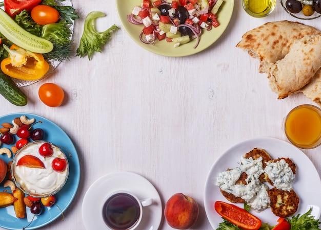 木の板にギリシャの前菜