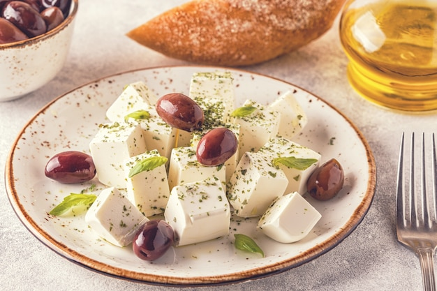 Греческий сыр фета с орегано и оливками