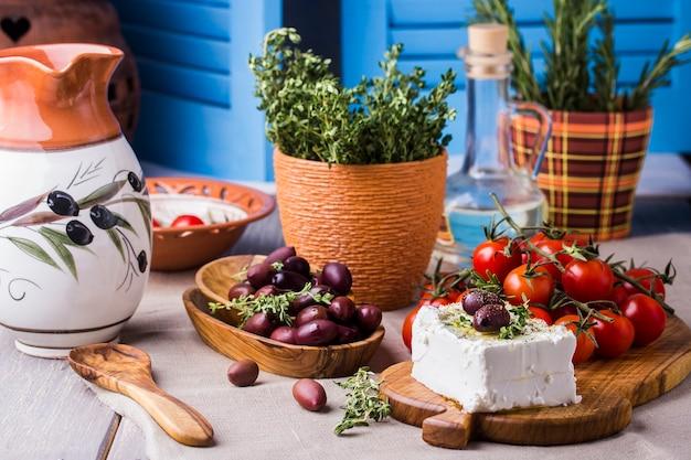 Греческий сыр фета с тимьяном и оливками, выборочный фокус