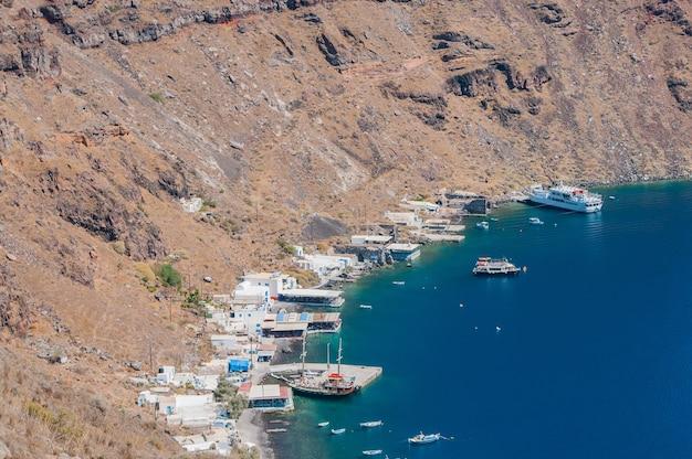 Греческое побережье с лодками